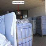 Wäschecontainer versperren den Eingang Wilhelmstr. 90